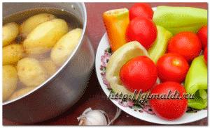 Суп с картофелем, перцем, морковью, помидорами и фрикадельками