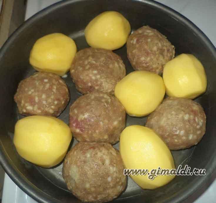 Тефтели, запеченные с картофелем