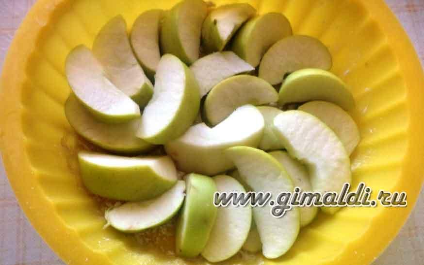 Шарлотка с яблоками и клюквой
