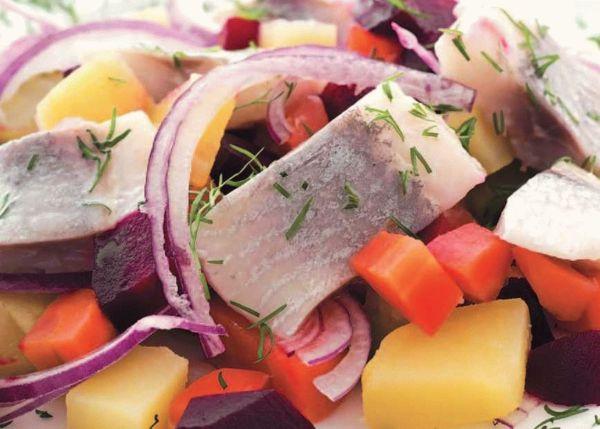 Салат «Сказка» со свеклой и грецкими орехами и салат теплый с селедкой