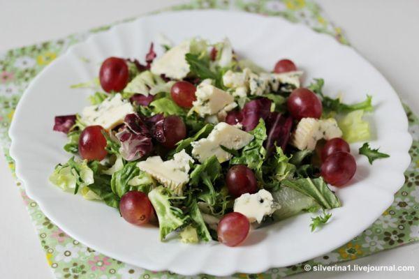 Легкий яблочно-сырный салат с виноградом