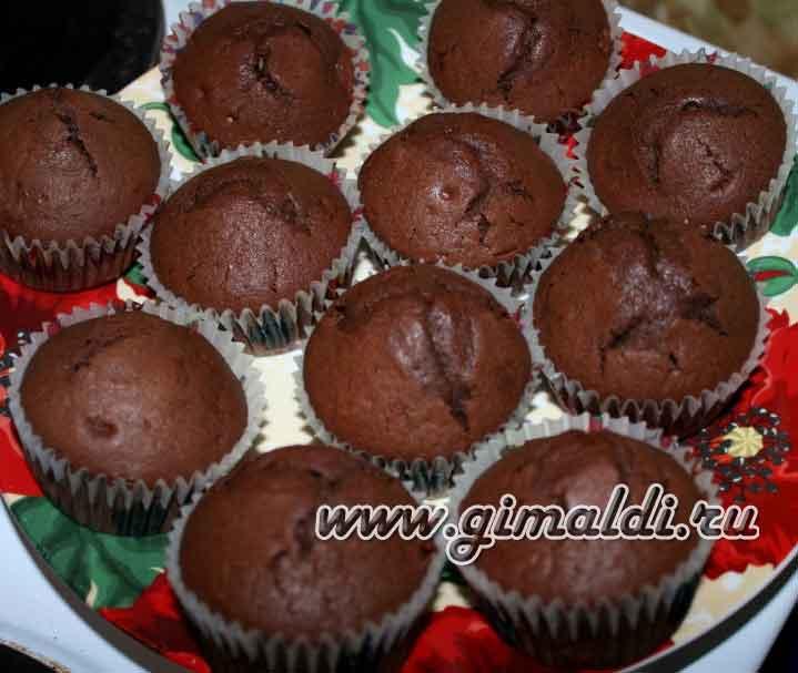 Шоколадные капкейки с курагой и сливочным кремом