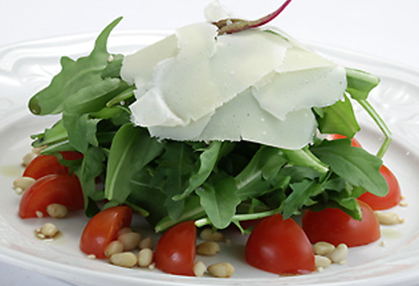 Изысканный салат из рукколы и пармезана