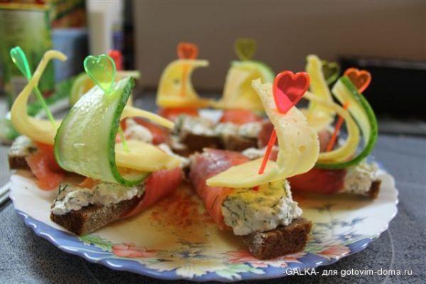 Закуска фуршетная из огуречных «лодочек», фаршированных печенью минтая